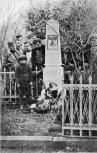 Коста Пећанац на нишком гробљу поред надгробног споменика војводи Ђорђу Скопљанчету. Слика из 30-их година.