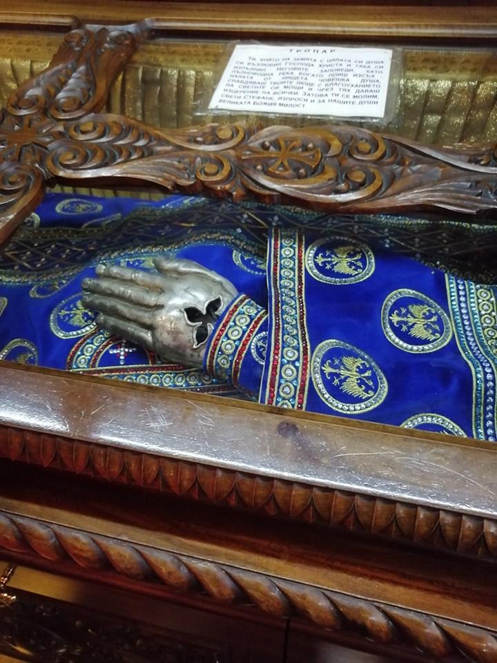 Понекад се стаклени поклопац с кивота скида да верници могу да целивају његову леву шаку оковану сребром.