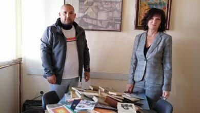 """Photo of Мини библиотека ,,КЊИГА НА ДАР"""" из Белгорода (Русија) стигла у ОШ ,,Бубањски хероји"""" Ниш"""
